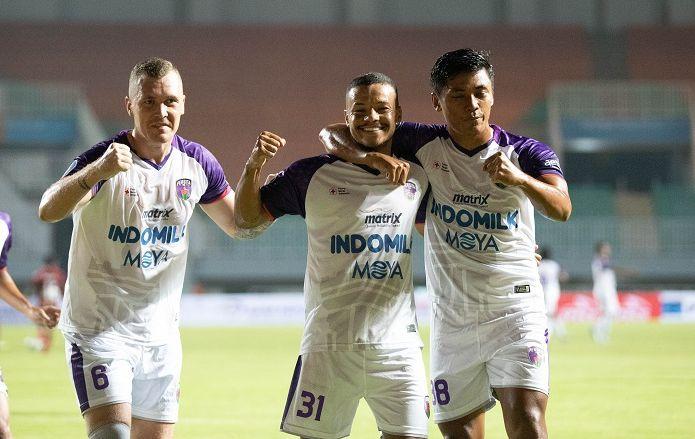 Adam Mitter, Harrison Cardoso, dan Irsyad Maulana (kiri ke kanan) merayakan gol pertama Persita Tangerang ke gawang Persipura pada laga lanjutan Liga 1 2021-2022 di Stadion Pakansari, Bogor, 28 Agustus 2021.