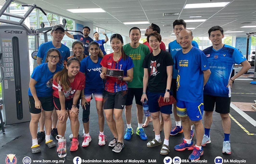Suasana saat tim bulu tangkis Malaysia merayakan ulang tahun Soniia Cheah (memegang roti) di tengah program latihan tertutup RTT pada Jumat, 19 Juni 2020.