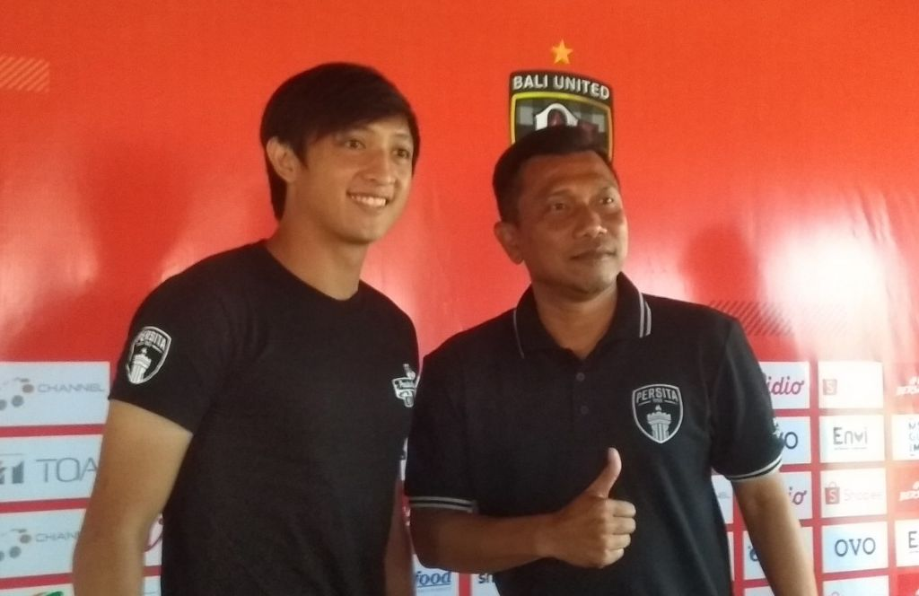 Pelatih Persita, Widodo C. Putro (kanan), dan striker Chandra Waskito, saat jumpa pers menjelang laga kontra Bali United pada 29 Februari 2020.