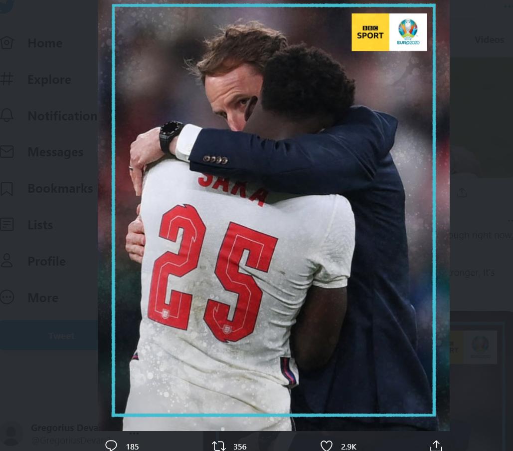 Momen Bukayo Saka ditenangkan oleh pelatih Gareth Southgate usai gagal penalti di final Euro 2020.