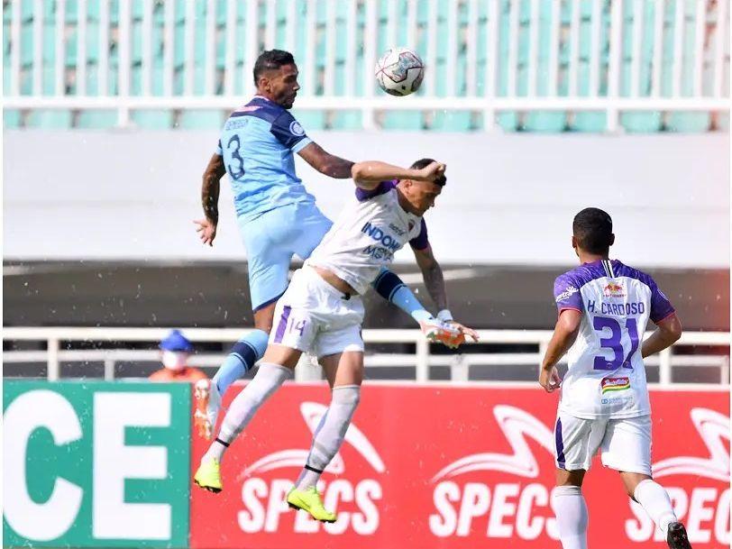 Bek Persela, Demerson Bruno berduel dengan pemain Persita di Stadion Pakansari, Bogor, Jumat (17/9/2021).