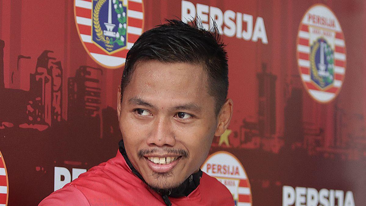 Bek sayap Persija, Tony Sucipto, menjawab pertanyaan jurnalis sebelum menjalani latihan tim di Lapangan PSAU TNI AU, Halim Perdanakusuma, Jakarta Timur, pada Januari 2020.