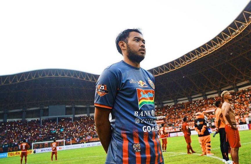 Adixi Lenzivio, kiper Persija, dalam suatu kesempatan di Stadion Utama Gelora Bung Karno pada 2019. Adixi merupakan salah satu pemain Persija yang bisa kuliah sambil berkarier.