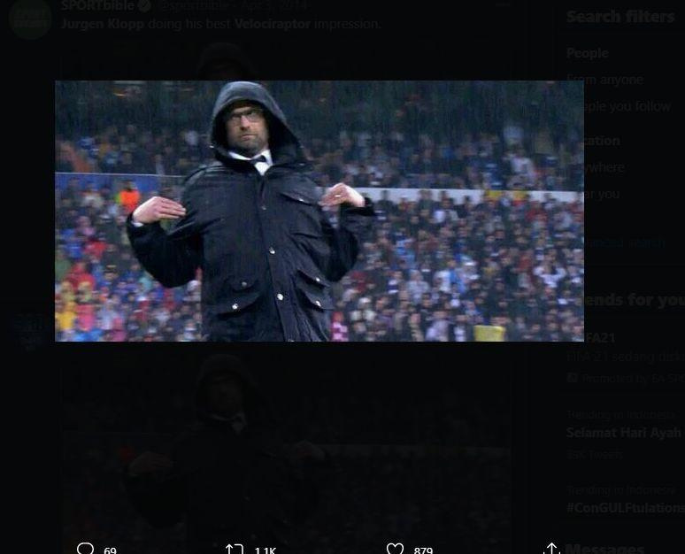 Salah satu momen lucu pelatih Liverpool, Jurgen Klopp, saat berada di tepi lapangan.