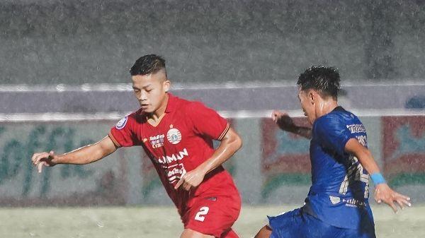 Aksi pemain muda Persija Jakarta, Ilham Rio Fahmi (kiri) saat menghadapi PSIS Semarang pada pekan kedua Liga 1 2021-2022, Minggu, 12 September 2021