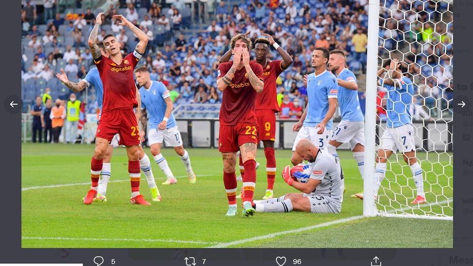 Bintang AS Roma, Nicolo Zaniolo, tampak kecewa setelah gagal memanfaatkan peluang mencetak gol lawan Lazio, Minggu (26/9/2021).