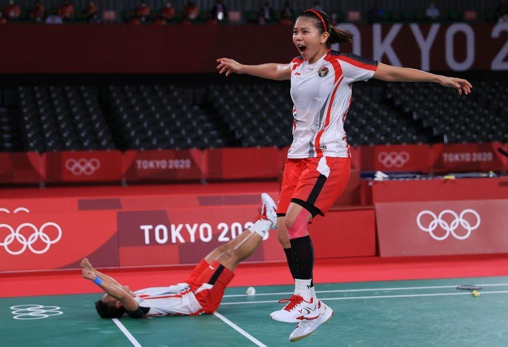 Greysia Polii dan Apriyani Rahayu meluapkan ekspresi kebahagiaan usai memastikan emas Olimpiade Tokyo 2020 di Musashino Forest Sport Plaza, Senin (2/8/2021).