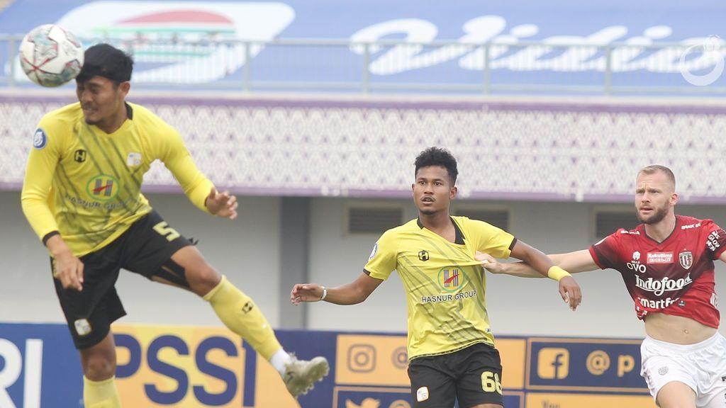 Aksi bek Barito Putera, Dandi Maulana menyundul bola disaksikan rekannya Bagas Kaffa dan gelandang Bali United, Melvin Platje dalam laga pekan kedua Liga 1 2021-2022, 11 September 2021.