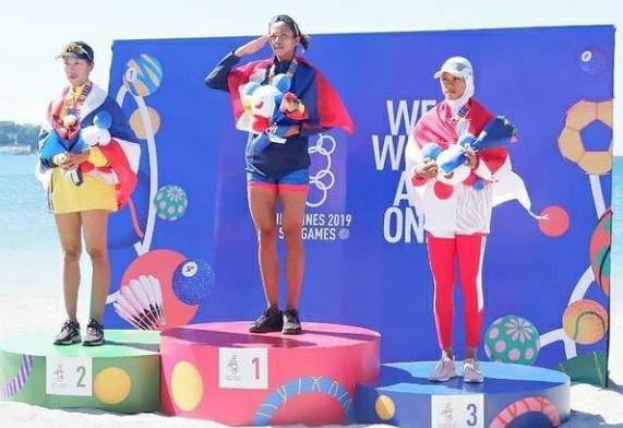 Mutiara Rahma Putri (kanan) di podium nomor lightweight woman single SEA Games 2019 di Filipina.