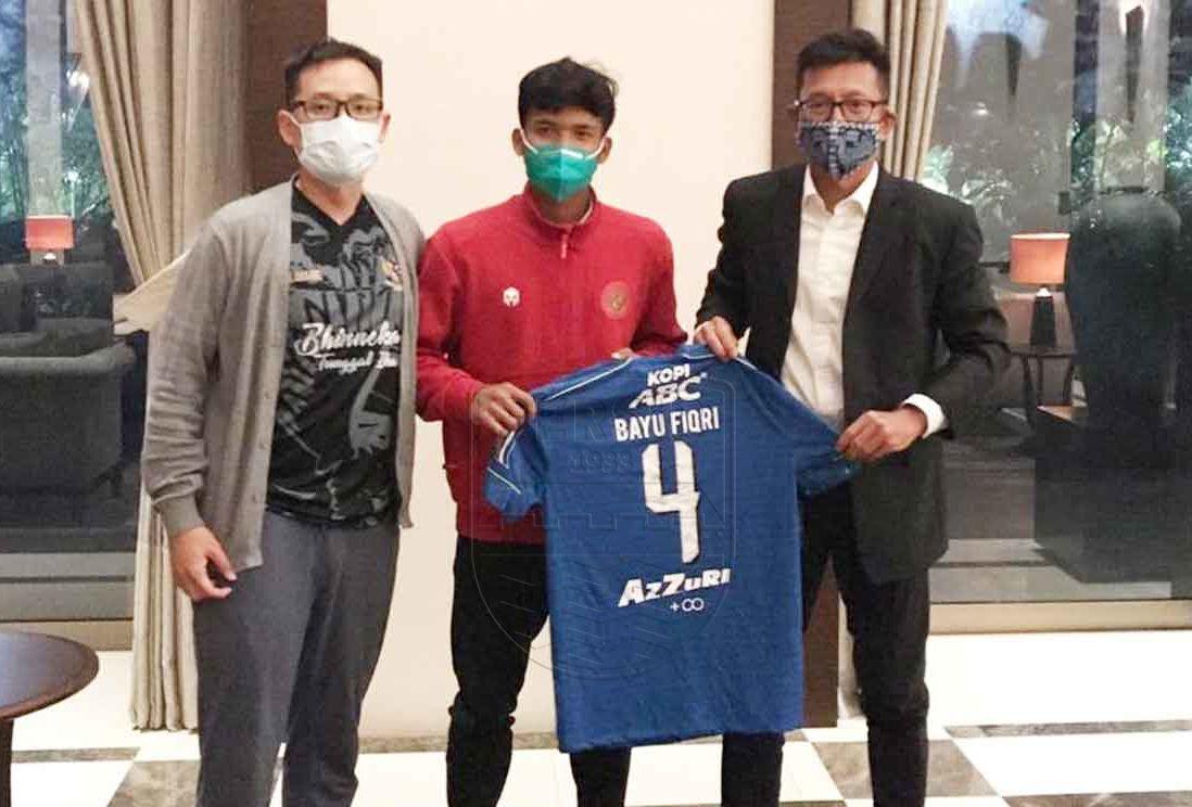 Bayu Mohamad Fiqri (tengah) memegang jersi Persib Bandung bernomor punggung 4 pada Oktober 2020.