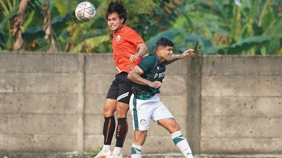 Duel udara bek Persija, Rezaldi Hehanusa dengan striker Persikabo, Ciro Alves dalam uji coba pada 28 Agustus 2021.