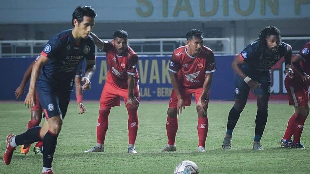 Gelandang Arema FC, Hanif Sjahbandi saat mengeksekusi penalti ke gawang PSM Makassar pada pertandingan pekan pertama Liga 1 2021-2022, Minggu, 5 September 2021
