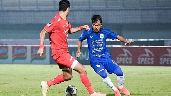 Pemain depan PSIS Semarang, Komarudin (kanan) mencoba mengecoh bek tengah Persija, Otavio Dutra dalam laga pekan kedua Liga 1 2021-2022, 12 September 2021.