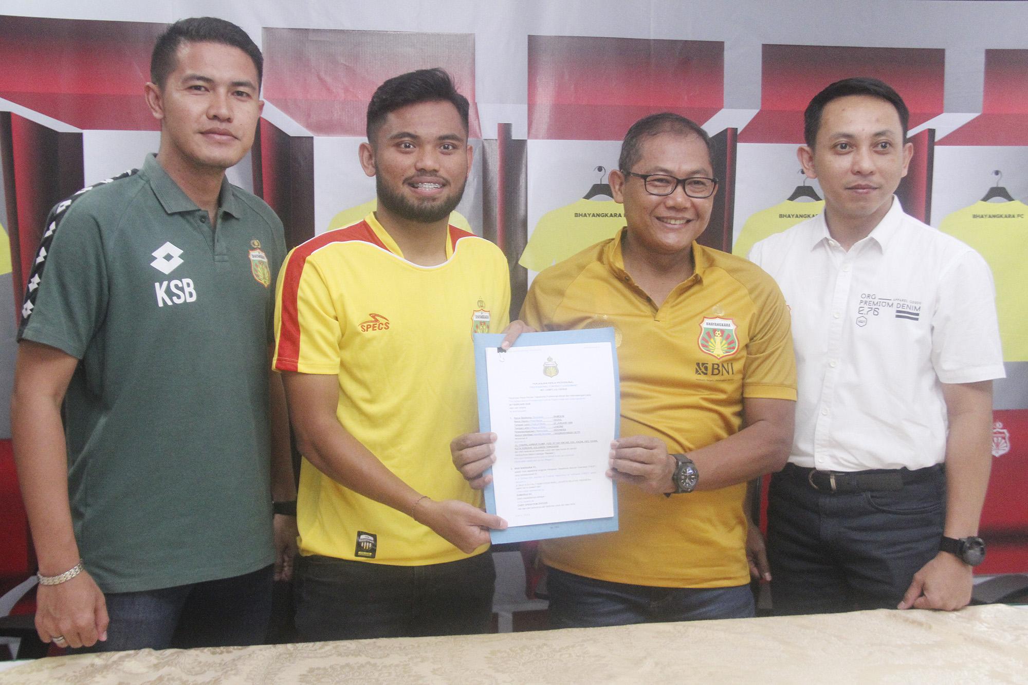 (ki-ka) Anggra_Saddil Ramdani_Sumardji_Nyoman Yogi Hermawan pada pengenalan pemain dan manager baru