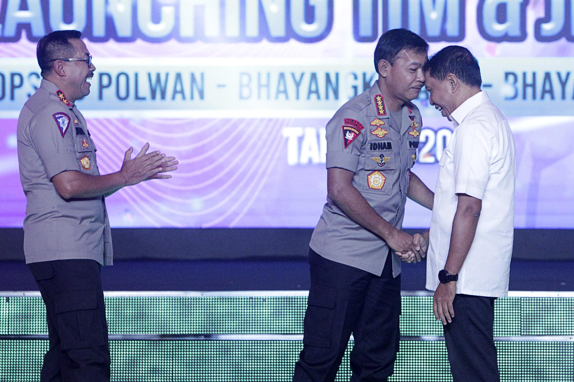 Menpora, Zainudin Amali (kanan) salaman dengan Kapolri, Idham Aziz (tengah), dan Istiono (kiri), dal